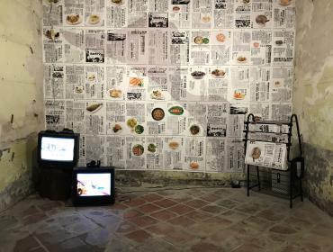 媒材:攝影、歷史新聞、動畫錄像|片長:2分44秒、3分 16秒 藝術家:社子島居民、走路草農藝團 說明:本創作透過展前課程計畫「社子島請吃飯」,以食物攝影與動畫製作,於七月至十月間,與社子島 的媽媽們,一起進行味道的採集,透過攝影記錄並與過去社子島相關新聞報導並置展示。